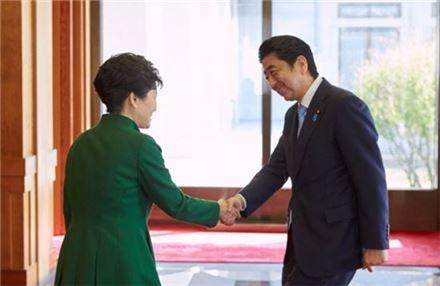 박근혜 대통령(왼쪽)과 아베 신조 일본 총리.(사진=청와대)