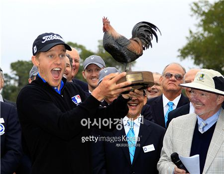 피터 멀너티가 샌더슨팜스챔피언십 우승 직후 트로피를 들고 환호하고 있다. 잭슨(美 미시시피주)=Getty images/멀티비츠