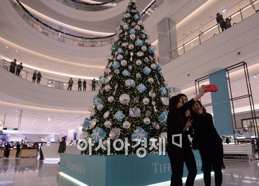 [포토]백화점 내부에 설치된 티파니 대형크리스마스 트리