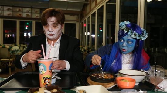 놀이공원 데이트에 나선 윤정수와 김숙이 돈때문에 싸울 뻔했다. 사진=JTBC '님과 함께2-최고의 사랑'
