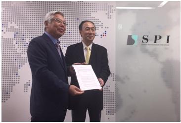 ▲(왼쪽부터)정찬복 바이오랜드 대표와 요쉬키테라와키(YoshikiTerawaki) SPI 대표가 일본 동경 SPI본사에서 MOU를 체결한 뒤 포즈를 취하고 있다.
