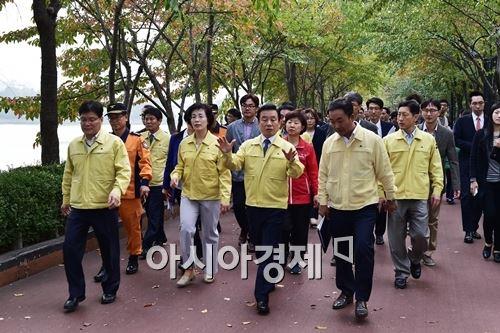 출범 1주년을 앞둔 2015년 10월 17일 박인용 국민안전처 장관이 서울 송파구 석촌호수를 방문해 안전관리 실태를 점검했다. 사진제공=국민안전처
