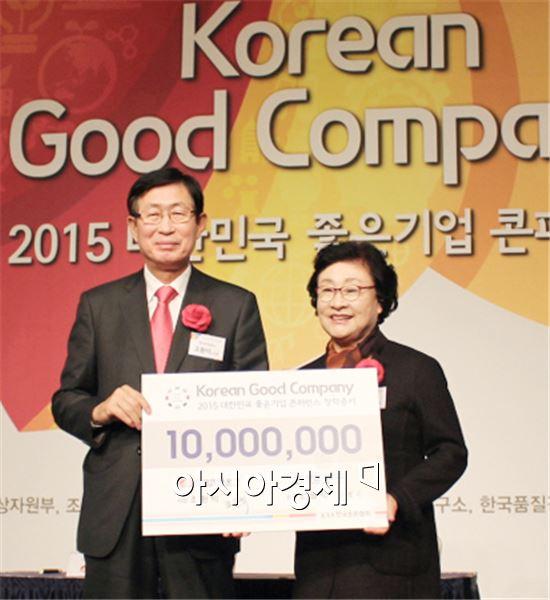 조환익 한국전력공사 사장(왼쪽)이 김필식 동신대학교 총장에게 장학금 1천만원을 기부했다.