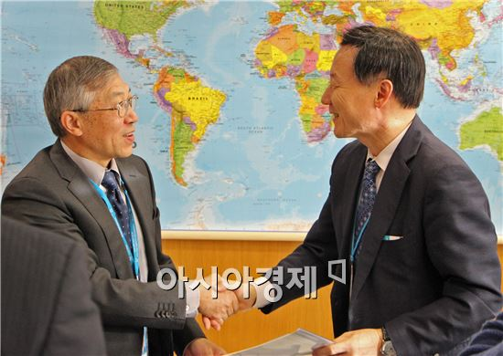 국제원자력기구(IAEA) 다주 양 사무부총장이 아시아·오세아니아 핵의학회 범희승 회장과 핵의학 교육 협력을 위한 협정을 체결한 뒤 악수하고 있다.