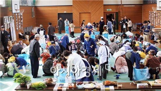 22일 일본 오카야마현 마니와시 아쿠치 초등학교에서 오타 노보루(太田 昇) 마니와 시장을 비롯한 현지 주민, 오카야마 현립대학생, 언론인 등 120여 명이 참여한 가운데 '전남 김치 만들기 체험행사'를 가졌다.