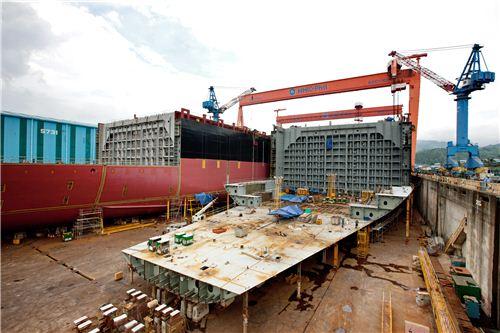 ▲한진중공업 수빅조선소 6도크에서 1만1000TEU급 컨테이너선이 건조되는 모습.