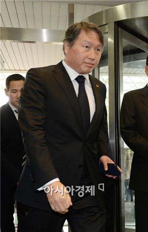 최태원 SK 회장, 시무식 참석…'혼외자 논란'엔 입 닫아