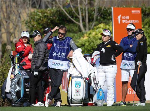 고진영과 조윤지, 박인비, 유소연(왼쪽부터)이 챔피언스트로피 첫날 5번홀에서 티 샷 순서를 기다리고 있다. 사진=KLPGA