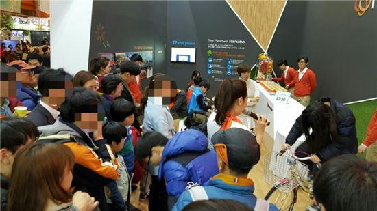 29일 서울 코엑스 2015 창조경제박람회. 관람객들은 긴 대기시간도 마다하지 않고 가상현실(VR) 기기와 드론, 각종 이벤트를 체험하는 데 분주했다.
