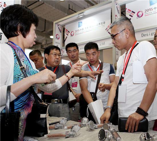 지난 6월 중국 산동성에서 개최된 '2015 지난 한국상품전'에서 중국 바이어들이 국내 기업 전시부스를 돌아보고 있다.<자료사진=KOTRA>