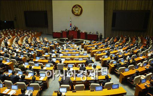 박 대통령 연설…與 21차례 박수 - 野 침묵