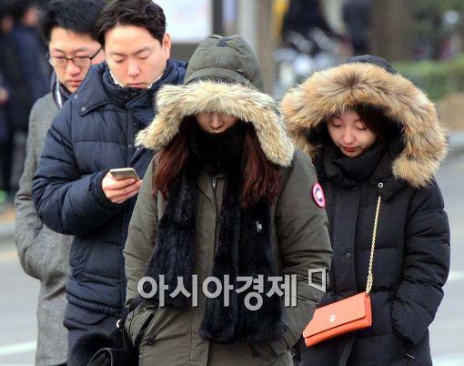 [포토]두터운 외투 입고 출근 나선 시민들