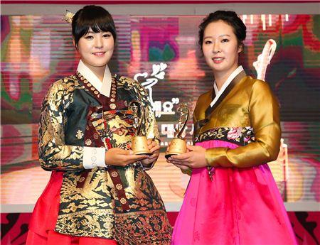 전인지(왼쪽)와 박지영이 KLPGA 대상시상식에서 각각 대상과 신인상을 수상한 직후 포즈를 취하고 있다. 사진=KLPGA