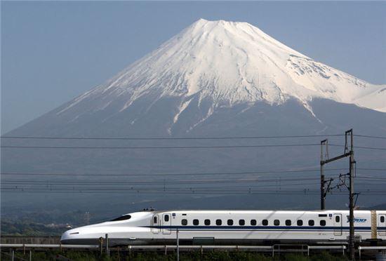 ▲후지산(富士山)을 배경으로 달리고 있는 일본 신칸센(新幹線)/블룸버그