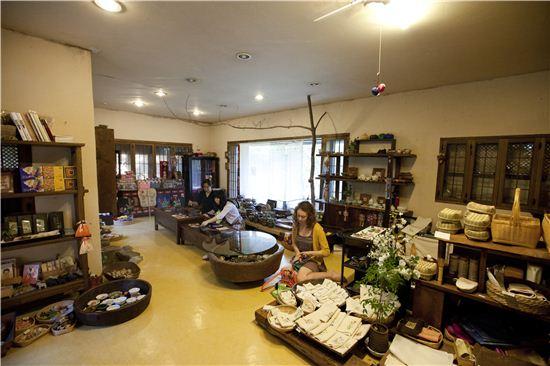 한 켠에는 전시, 판매되는 도자기와 죽공예품, 야생화 자수가 놓인 손수건 등이 놓여 있다.