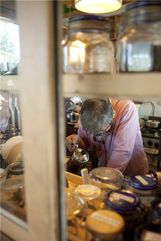 커피 명장이 직접 내려주는 핸드드립 커피를 마실 수 있는 보헤미안.
