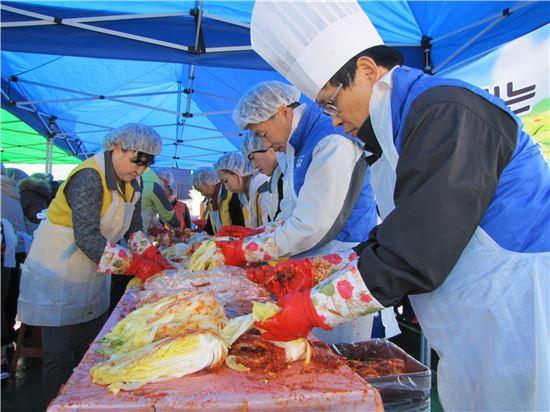 한국공항공사광주지사(지사장 임영희)가 9일 광주광역시 광산구 월곡동 고려인센터에서 고려인마을 주민들과 함께 사랑의 김장 나누기행사를 가졌다.