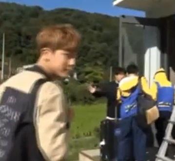 매니저가 방탄소년단에게 손찌검을 하려는 듯이 위협을 가하는 영상 속 모습. 사진='2016 BTS 시즌그리팅 DVD 메이킹 영상' 캡처