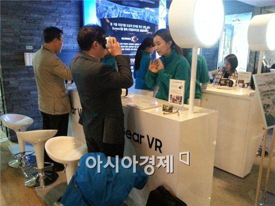 CJ CGV와 삼성전자가 14일 오후 서울 CGV 왕십리점에서 영화 히말라야의 기어VR 버전 시사회를 열었다. 관람객들이 기어VR을 체험하고 있다.