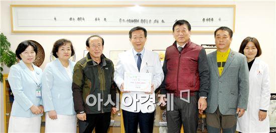낙농 일사천리회 서정범 회장(왼쪽에서 세번째), 박석오 낙농육우협회 전남도지회장(오른쪽에서 세번째), 막내회원인 최재삼씨(오른쪽에서 두번째) 등이 화순전남대병원을 방문, 소아암 환자를 돕기 위한 기부금을 전달했다.