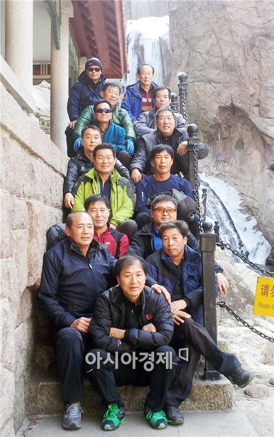중국관광차 모처럼 한자리에 모인 `낙농 일사천리회' 회원들이 기념촬영하고 있다.
