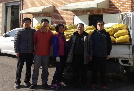 <16년째 어려운 이웃을 위해 농산물을 기부해온 임형노 이장 부부가 쌀과 고구마를 기탁하고 있다.>