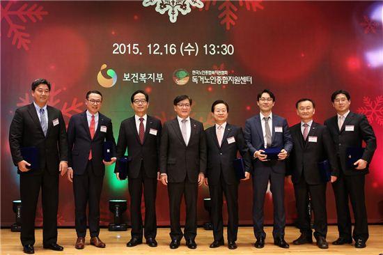 롯데하이마트 이동우 대표이사(사진 왼쪽 두 번째)와 수상 기업 수상자들이 정진엽 보건복지부장관(사진 왼쪽 네번째)와 기념촬영을 하고 있다.