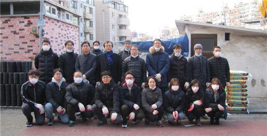한국주택협회 임직원들이 지난 16일 서울 상도동에서 연탄나눔 봉사활동을 하며 기념촬영을 하고 있다. (사진=한국주택협회)
