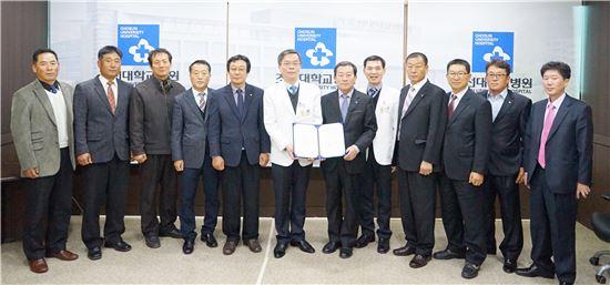 조선대학교병원(문경래 병원장)이 지역 어업인의 건강 관리 및 실태조사를 비롯한 연구를 위해 완도소안수산업협동조합과 업무협약을 체결했다.