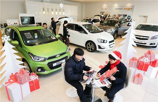 한국GM 전시장을 찾은 고객이 상담을 하고 있다. 사상 최대 프로모션과 고객사은행사에 힘입어 전시장을 찾는 고객이 크게 증가하면서 한국GM은 12월에 출범 후 사상 최대 실적을 기록할 것으로 기대하고 있다.