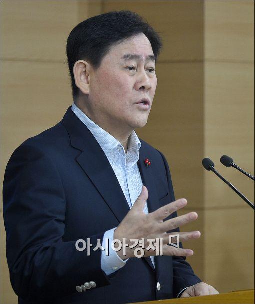 """與 원내대표 구도 요동…최경환 """"친박 경선 안나가는게 맞다"""""""