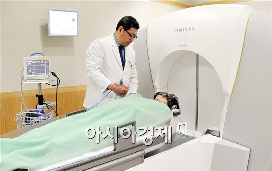 정신 교수가 뇌종양을 치료하기 위해 최첨단 방사선치료기인 감마나이프 퍼펙션 수술을 하고 있다.