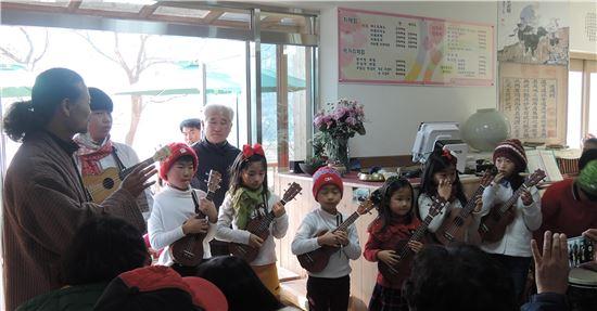 <무등산 도원명품마을에서 열린 '제1회 인문문화콘서트'에서 화순초교 이서분교 어린이들이 우쿨렐레를 연주하고 있다.>
