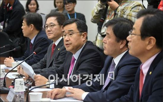 김정훈 새누리당 정책위의장(가운데)