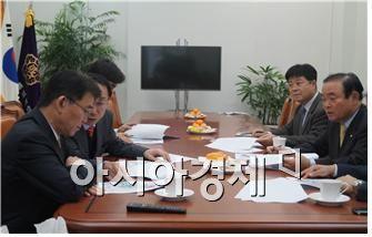 최근 광주 남구 40만평 규모 추가 산업단지 조성 문제를 협의하고 있는 장병완 의원(우측 첫번째), 강호인 국토교통부 장관(좌측 첫번째), 우범기 광주시 경제부시장(좌측 두번째)