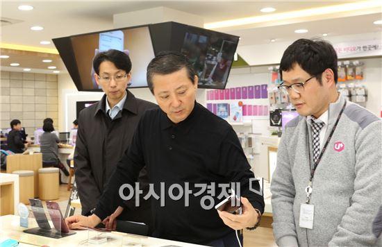 LG유플러스는 권영수 부회장이 22일 서울, 23일 경기지역의 직영점과 고객센터 등 일선 영업현장을 차례로 찾아 현장경영에 본격 나섰다고 23일 밝혔다. 사진은 권영수 부회장이 서초직영점에서 현장경영에 나서고 있는 모습.
