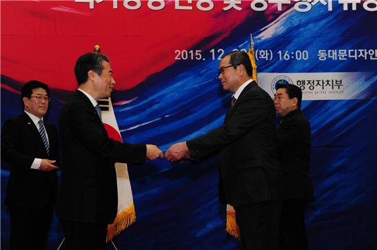 구리시는 22일 태극기 선양공로를 인정받아 행정자치부로부터 대통령표창을 받았다.