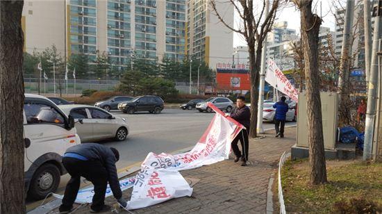 구리시 공무원이 불법현수막을 철거하고 있다.