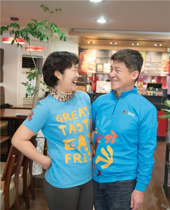 이상엽 BBQ 양구점 사장이 아내와 함께 활짝 웃고있다.