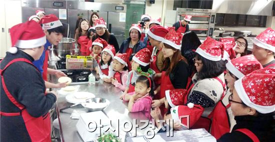 호남대학교 식품영양학과(학과장 김기명)는  23일 상하관 조리실습실에서 광주소재 농아인 가족 20명을 초청해 '음식소통-첫번째 이야기' 프로그램을 실시했다.