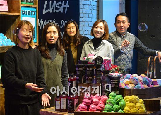 러쉬코리아의 영업본부 비주얼머천다이징(VMD)팀이 서울 명동 매장을 소개하고 있다. 맨 오른쪽부터 양한무 사원, 김태연 주임.
