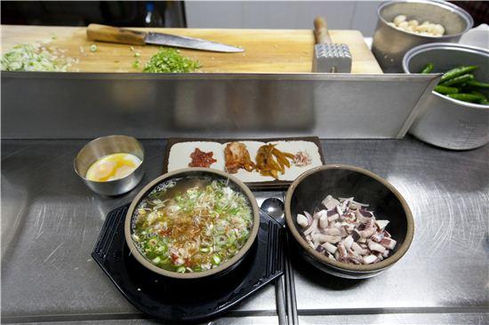 시장 상인들과 어깨를 맞대고 후루룩 한 뚝배기를 비울 수 있는 남부시장의 콩나물국밥.