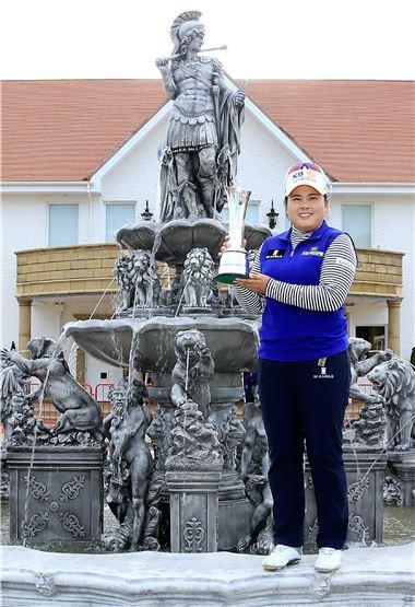 박인비가 브리티시여자오픈을 제패해 '커리어 그랜드슬램'의 위업을 달성한 뒤 기념촬영을 하고 있다.