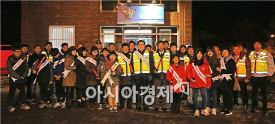 신우철 완도군수는 지난 28일 동장군이 기승인 추운날씨에도 불구하고 야간 순찰 활동을 통해 안전한 완도 만들기에 앞장섰다.