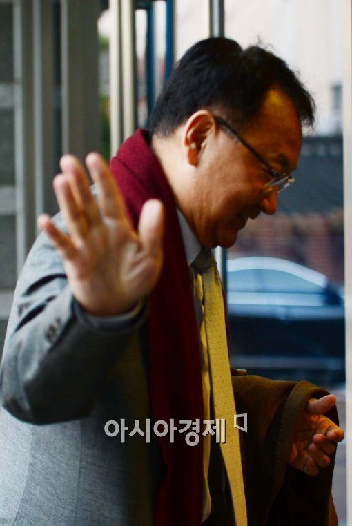 [포토]손인사하는 유일호 후보자