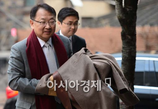 [포토]유일호 경제부총리 후보자의 출근길