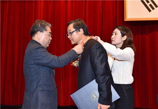 이재정 경기도교육감이 31일 명예퇴직하는 공직자에게 훈포장을 전수하고 있다.