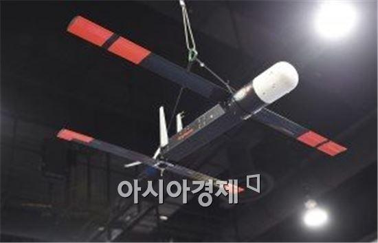미해군 함정에서 발사관으로 날리는 소형 드론 로커스트