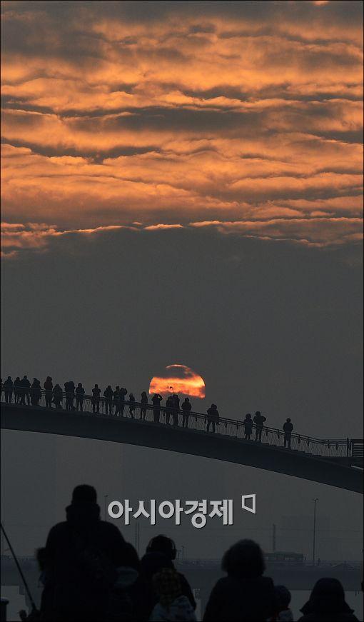 [포토]검은 먹구름을 뚫고 올라오는 서울 첫 일출