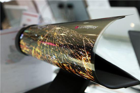 CES 2016에서 공개되는 LG디스플레이의 롤러블(Rollable) OLED(유기발광다이오드) 디스플레이.